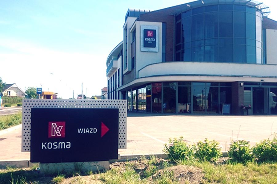 Pylon wjazdowy – Kosma Hotel Koźmin Wlkp.