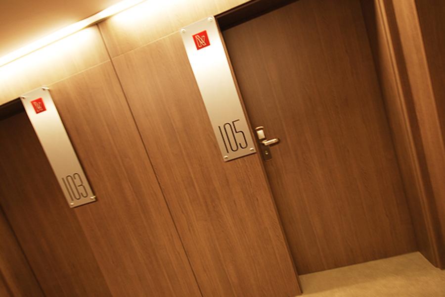 Tabliczki przydrzwiowe – Kosma Hotel Koźmin Wlkp.