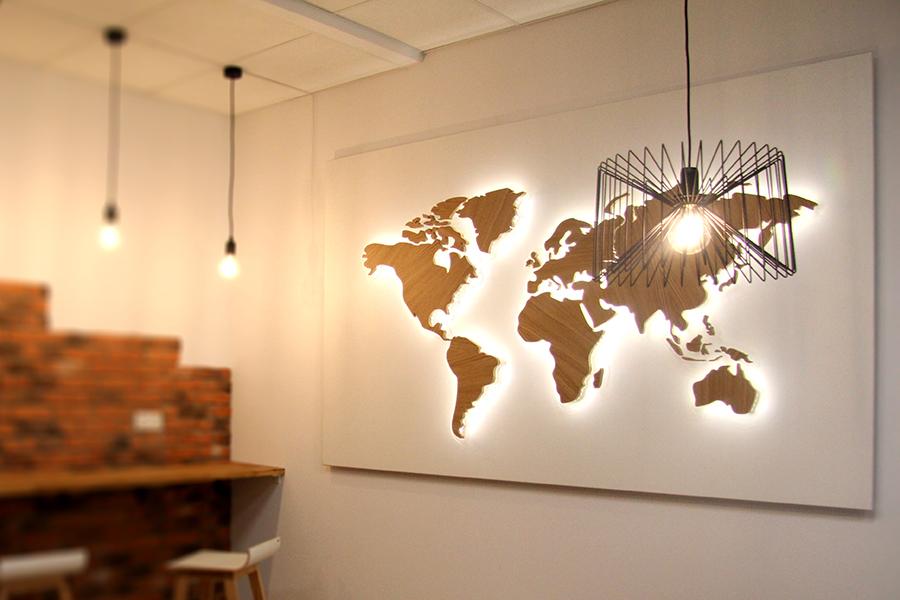 Podświetlana mapa świata 3D z litego drewna dębowego – Helikon Meble Biurowe S.A.