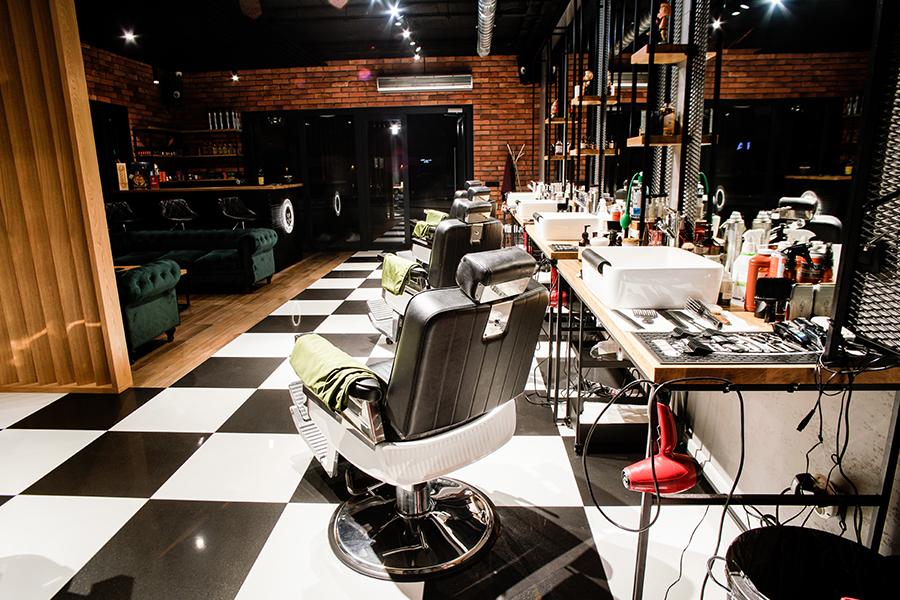 Stanowiska fryzjerskie oraz lada recepcyjna – Fryzjerstwo męskie Jesse