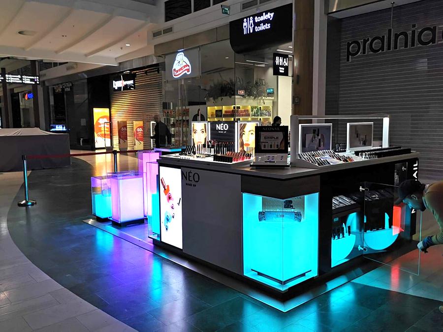 Wyspa sprzedażowa dla marki Neonail w Westfield Arkadia w Warszawie
