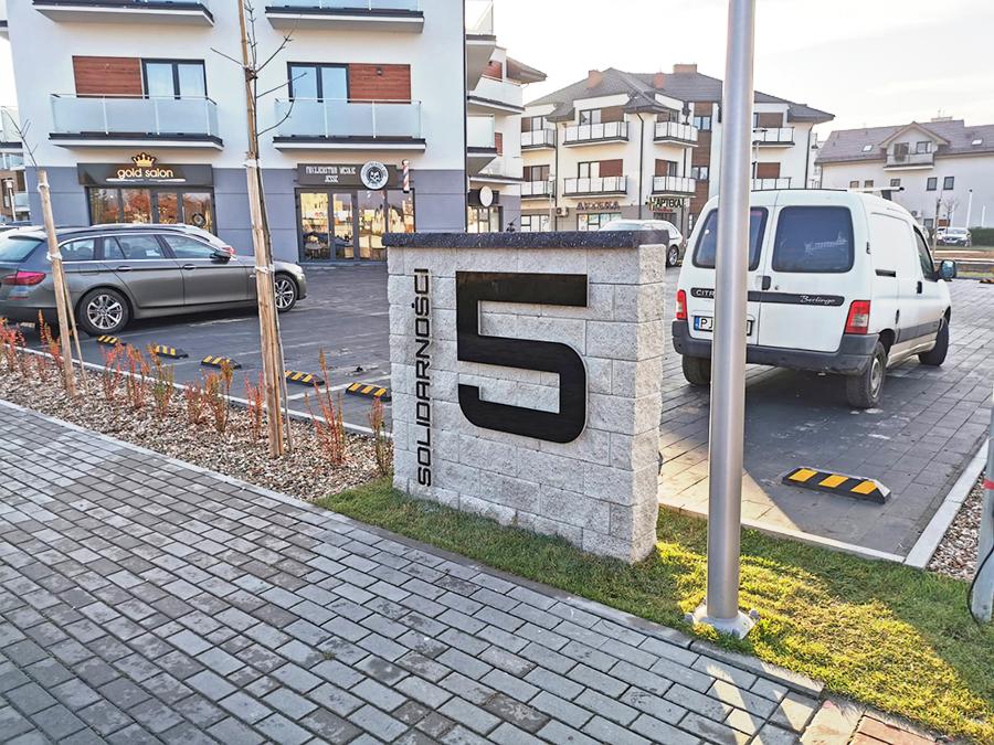 Podświetlany numer domu wraz z nazwą ulicy